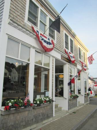 Water Street Tavern & Inn: The front facade of Water Street Tavern and Inn. A slice of Americana!