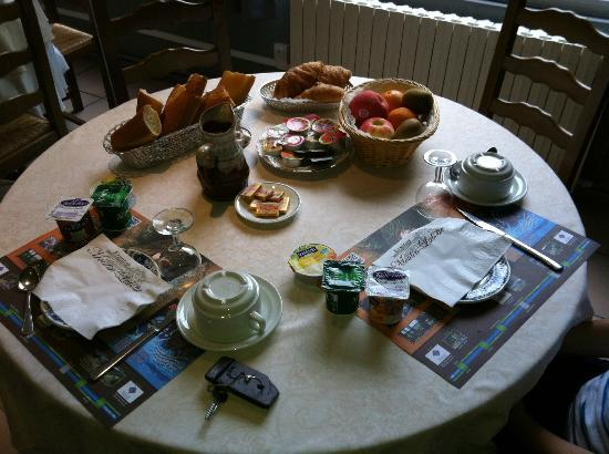 Hotel Ermitage Moulin Labotte: The breakfast table, set for two. More than enough food.