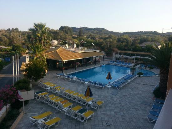 Kavos Plaza: Pool as the sun comes up