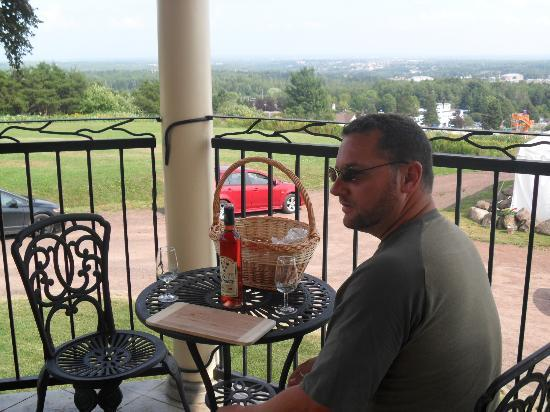 Magnetic Hill Winery : Enjoying a picnic on the patio