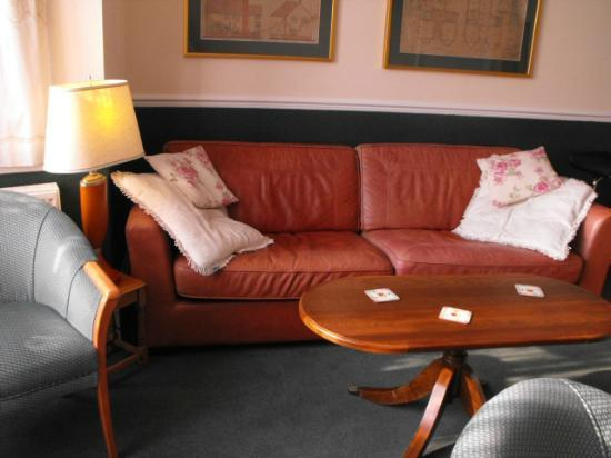 Highbury Guest House: relax, you're in the bar