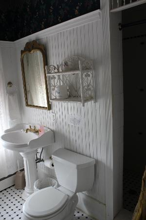 The Dormer House: Bathroom- Mary Franklin Suite