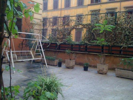 Amadeus Hotel:                                     colazione in terrazza.. visuale di fronte