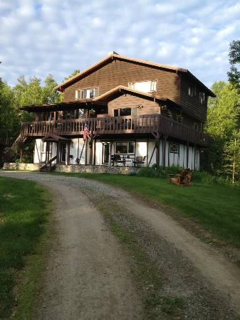 Talkeetna Chalet Bed & Breakfast: Looking up the drive