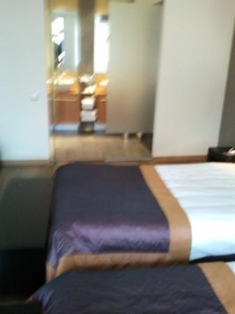 Hotel Van Eyck: bett und bad