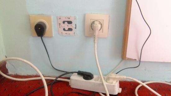 Slina Hotel: Prises électriques chambre