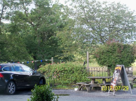 Eagle & Child Inn: Pub riverside garden