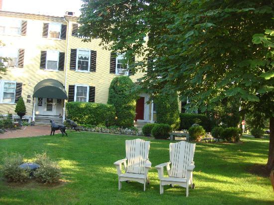 Captain Lord Mansion: Relax on the lawn. The owners even host evening wine parties