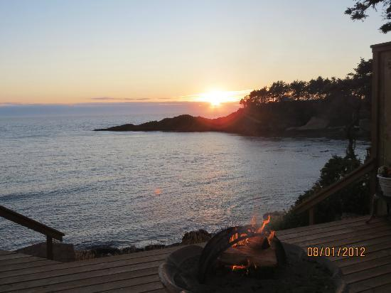 An Ocean Paradise Whales Rendezvous B&B: Watching the sun set from the rose room deck