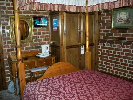 Lyndon House Hotel: Small TV on wall