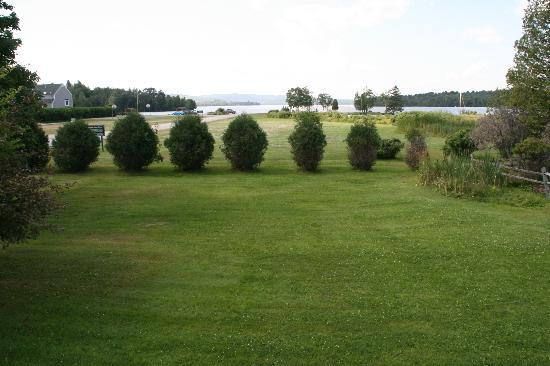 Rangeley Lakes Bed & Breakfast: Back yard and lake