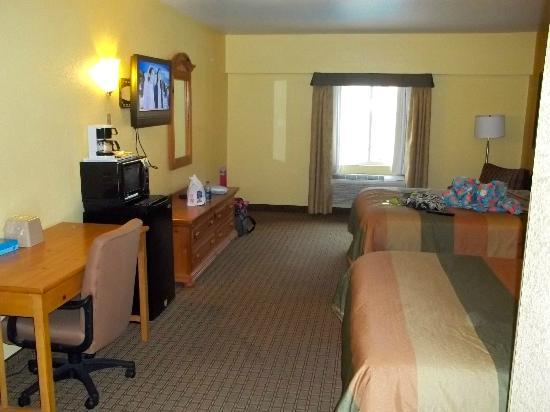 Days Inn & Suites by Wyndham Downtown Gatlinburg Parkway: looking into room from doorway
