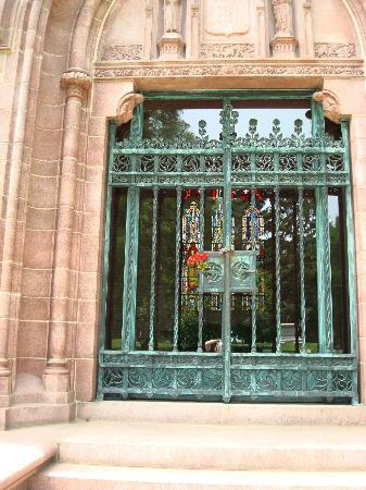 Bellefontaine Cemetery: Entrance to Busch mausoleum- note beautiful stained glass in the back