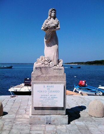 Porto Cesareo, إيطاليا: La statua della showgirl