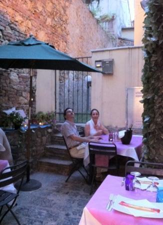 Fahrenheit: il piccolo cortoledi fianco al locale dove abbiamo cenato.