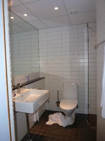 Quality Hotel Nacka: The Bathroom