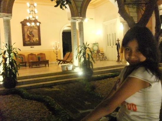 La Mision de Fray Diego: Cerca del lobby