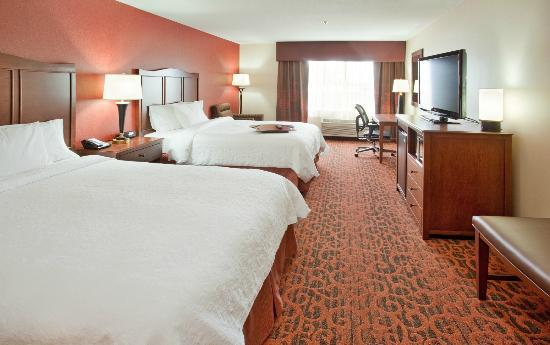 Hampton Inn Idaho Falls/Airport: Sleep comfortably on our clean and fresh queen sized beds.