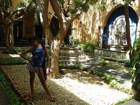 La Mision de Fray Diego: Fuente central en la entrada del hotel