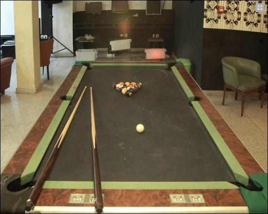 AthenStyle Hostel: Basement Lounge (pool table)