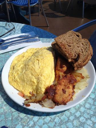 Broken Yolk Cafe - Pacific Beach : Omlette mit Beilagen