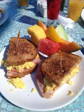 Broken Yolk Cafe - Pacific Beach : mmmmhhh Sourbread mit Ei und Schinken