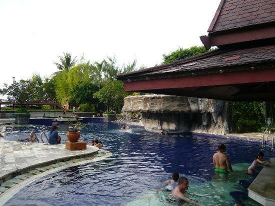 Hotel Pantai Gapura Makassar: Pool zur Meerseite