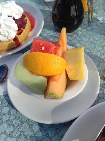 Broken Yolk Cafe - Pacific Beach : Obstsalat .... im Hintergrund Waffel mit Sahne+Erdbeeren
