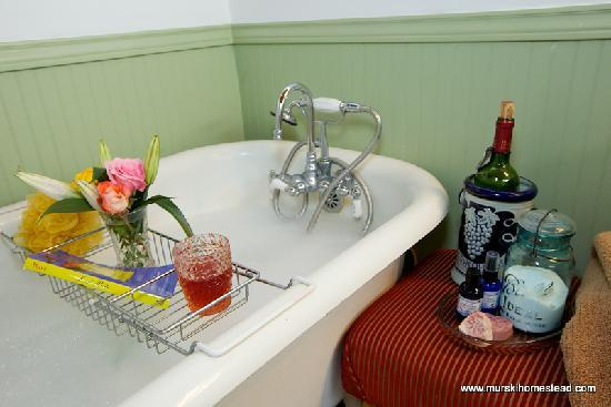 Murski Homestead B&B: Soak away the stress of city life.......