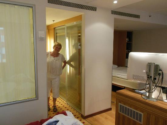 Radisson Blu Royal Viking Hotel, Stockholm: вид от кровати на ванну (слева), гардероб и вторую подъемную кровать