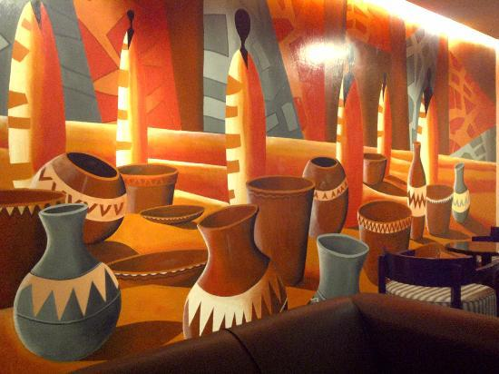 Hotel Tivoli Beira: The lobby with a nice wall mural