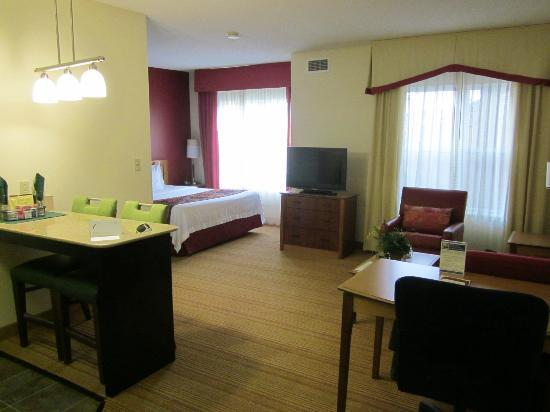 Residence Inn Lexington South/Hamburg Place: kitchen is to the left