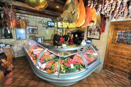 Nocera Superiore, Włochy: il banco espositore delle nostre carni con lo staff