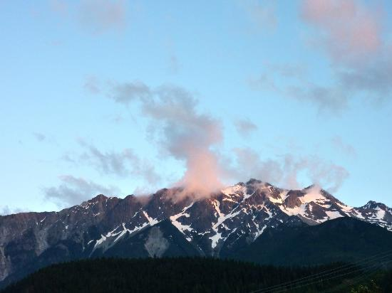 Pemberton Gateway Village Suites Hotel : Beautiful Mt. Curry can be seen from the hotel