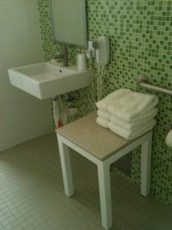 Cadillac Hotel: baño parece recién remodelado