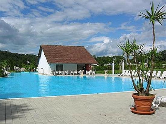 Gutshof Badhuetten Camping: zwembad op de camping.