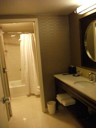 Sheraton Tysons Hotel: Bathroom was quite spacious & surprisingly clean