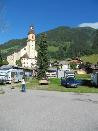 Aparthaus Camping Stubai: mooi kerkje in Neustift, vlak achter de camping