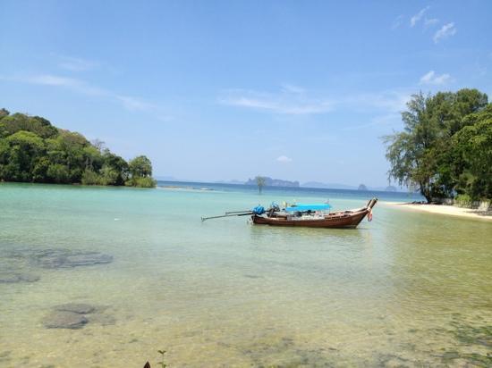 Nakamanda Resort & Spa: ce n'est pas la plage de l'hotel qui vaut le coup, mais les iles FACE à l'hotel, il faut louer u