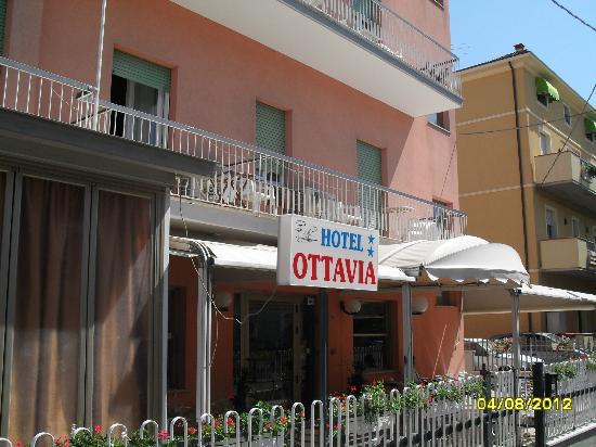 Hotel Ottavia: The entrance to the hotel