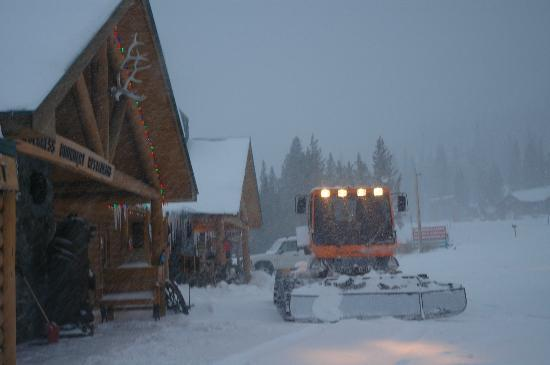 Lava Mountain Lodge: Snowmobile form your Lodge Room, X Country & Back Country Skiing, Snowshoe'ing etc...