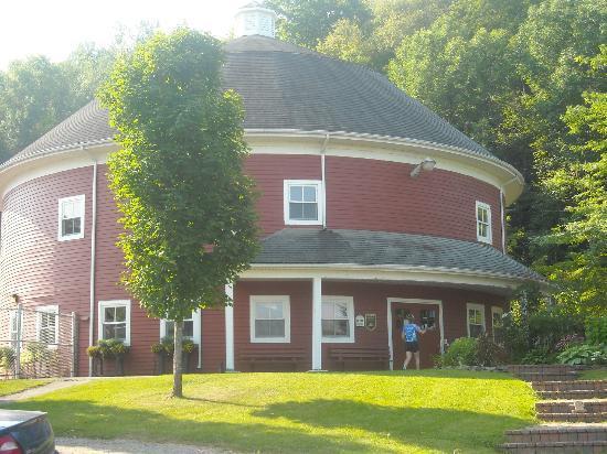 Parc de la Gorge de Coaticook: Round barn - the main building at the campground