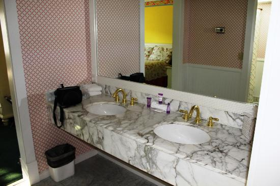 Lilac Tree Suites & Spa: Sink area