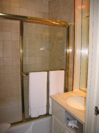 The Kensington Park Hotel: Bathroom