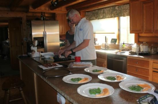 Howlers Inn Bed & Breakfast and Wolf Sanctuary: Mary Martha & Chris preparing breakfast