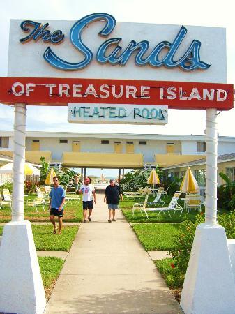 The Sands of Treasure Island: Garden/Lawn Room area