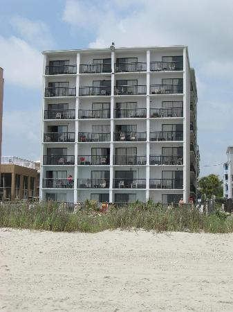 Ocean Plaza Motel: The hotel from the beach.