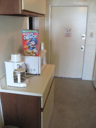 Ocean Plaza Motel: Kitchen area #2