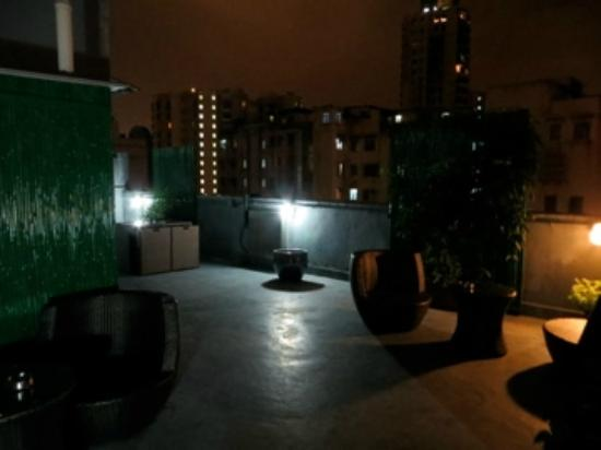 ซีเฮชไอ เรซิเดนเซส 314: Lovely rooftop lounge area - the laundry area is to the left, separated by a storage room
