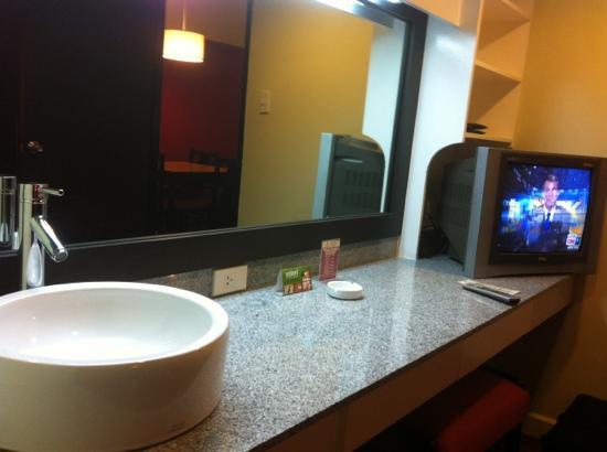 Copacobana Apartment Hotel: bdrm sink/vanity
